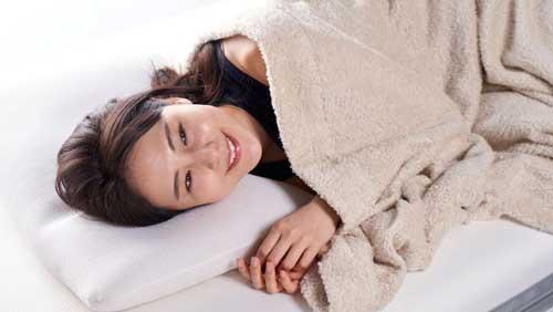 快眠枕を使用している女性