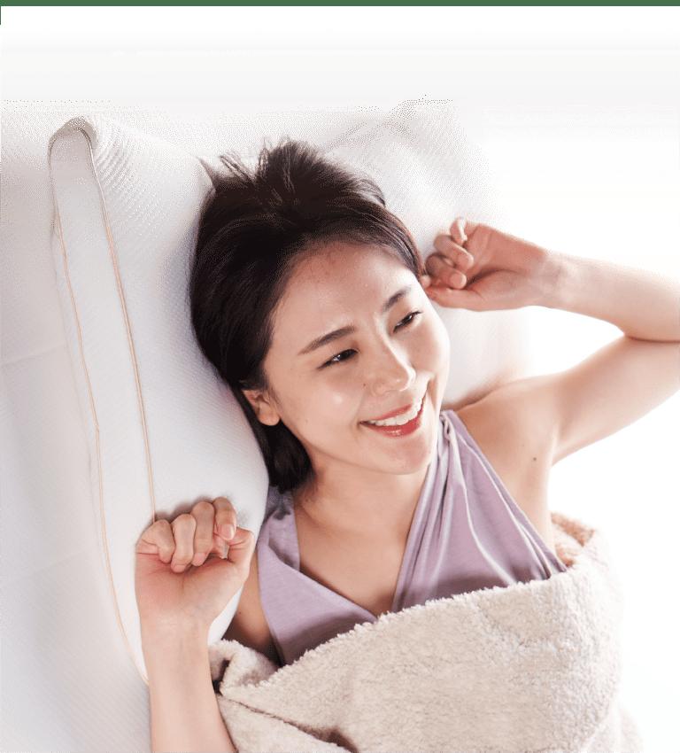 ソフィットピローの枕を使用する女性